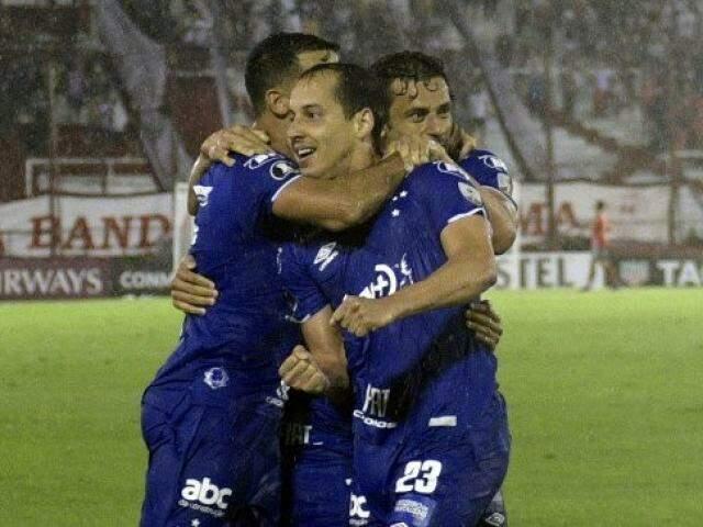 Jogadores comemorando o gol da partida embaixo de chuva. (Foto: CruzeiroFC)