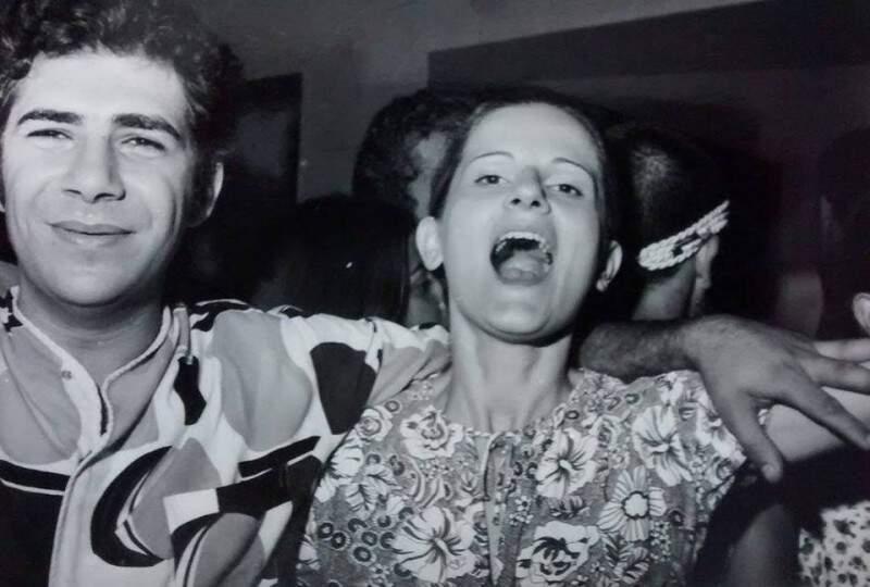 Em 1971, Lúcia e o marido Edson, quando ainda namoravam. Foto do baú da família Chaia. (Foto: Arquivo Pessoal)