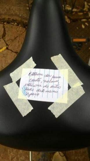 Recado foi deixado em bicicletas colocadas erradas. (Foto: Igor Leal)
