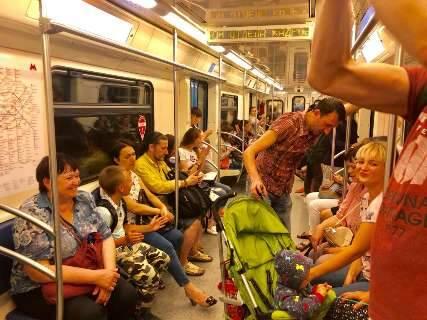Com vaga nas quartas de final, russos cantam e dançam no metrô de Moscou