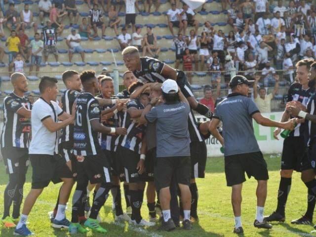 Jogadores do Corumbaense celebram goleada (Foto: Leonardo Cabral/ Diário Corumbaense)