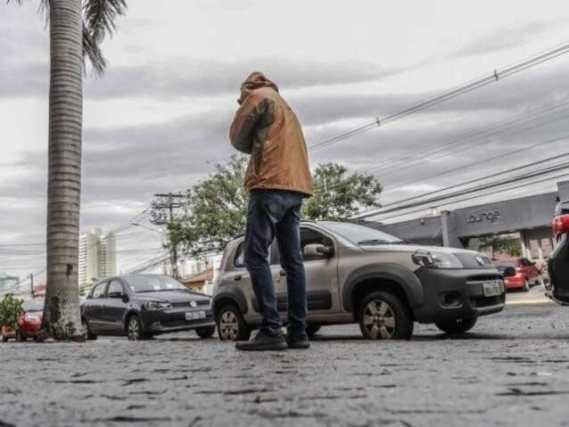 """Transeunte bem agasalhado 'flagrado"""" no Jardim dos Estados. (Foto: Fernando Antunes)"""