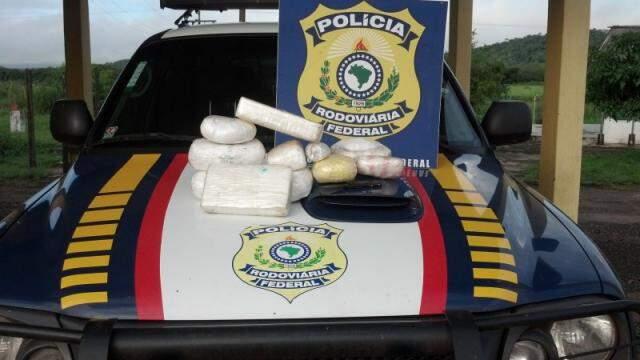 Tabletes de cocaína foram apreendidos em fiscalização da PRF. (Foto: Divulgação)