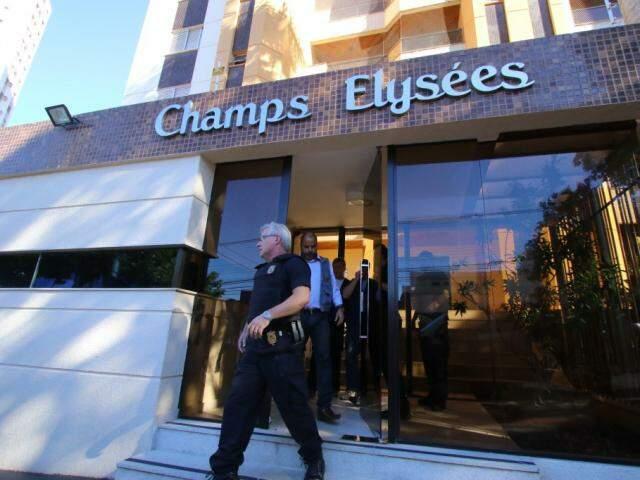 Policiais deixando prédio onde mora André Puccinelli (PMDB). (Foto: André Bittar).