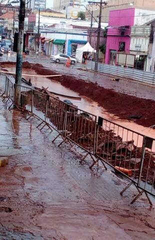 Chuva paralisou a obra na 14 de Julho e fez escavação virar rio. (Foto: Direto das Ruas)