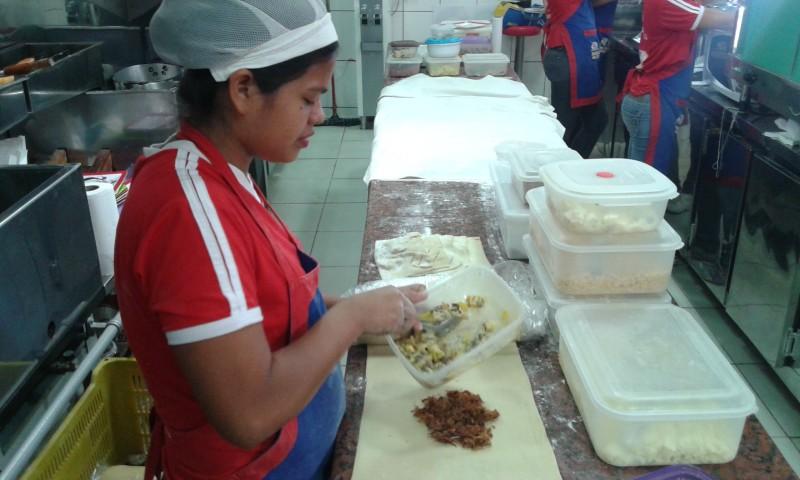 Jaine faz mais de cem pasteis por dia.