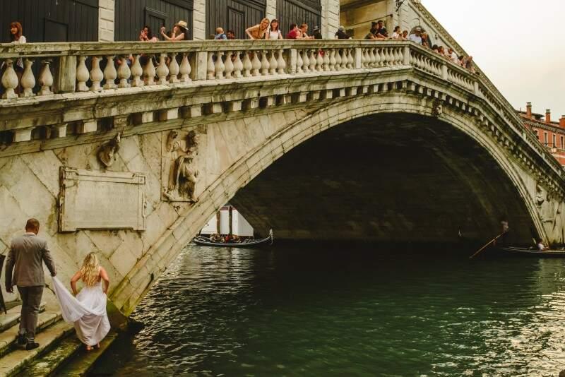 Os noivos subindo a Ponte de Rialto, em Veneza. (Foto: Allan Kaiser)