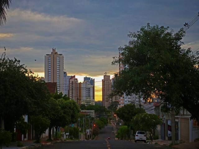 Dia amanheceu com poucas nuvens e sol deve brilhar forte hoje em Campo Grande (Foto: Marcos Ermínio)