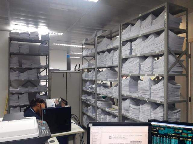 Na Central de Mandados, armários lotados de citações em aberto: cadastro antigo e devedores fujões dificultam trabalho (Foto: Silvia Frias)