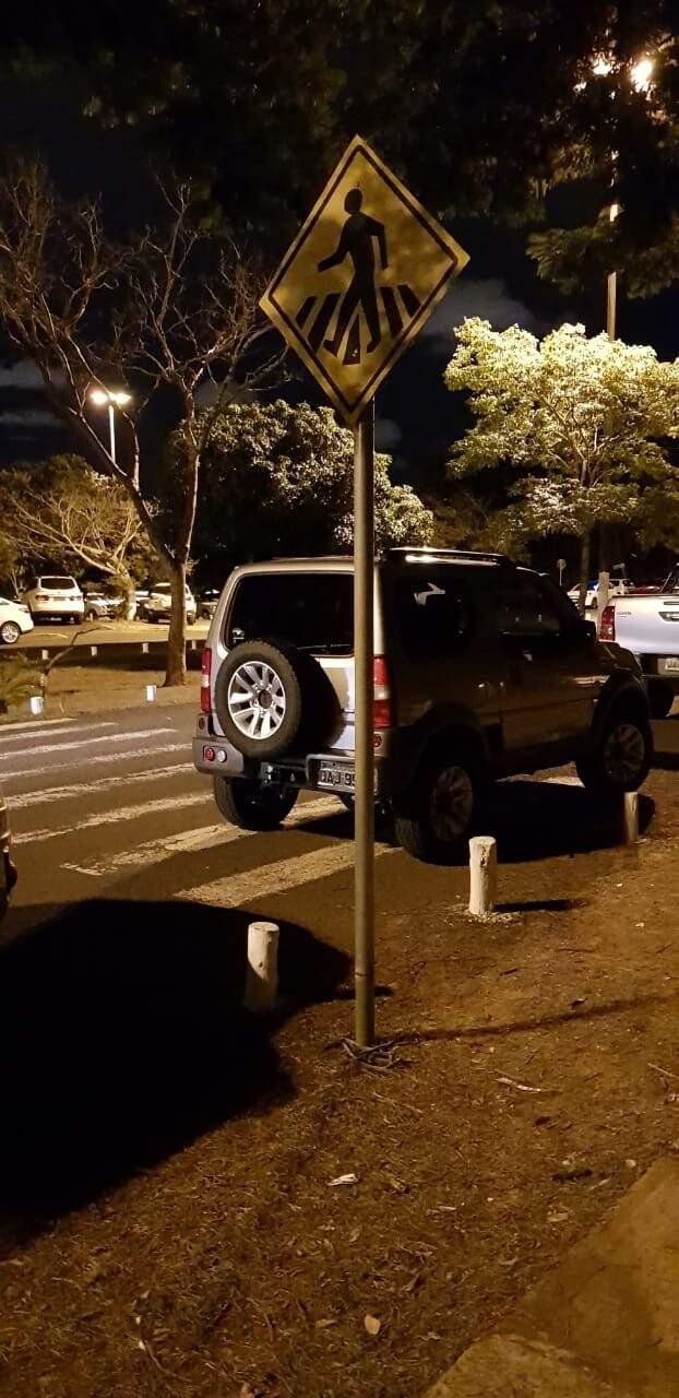 Condutor ignorou a placa e estacionou o veículo em cima da faixa de pedestres. (Foto: Direto das Ruas)