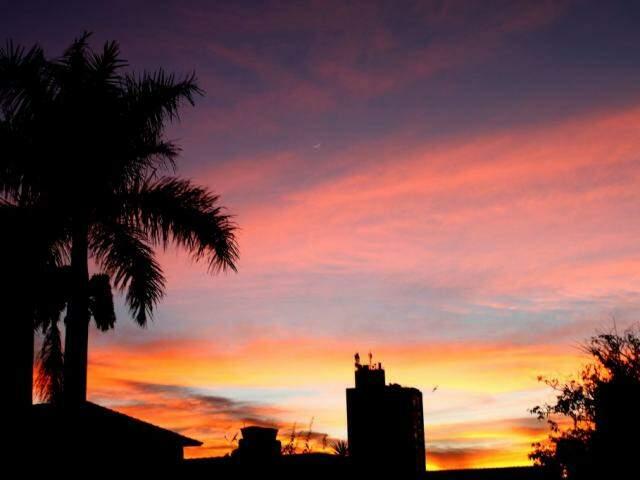 Amanhecer de quarta-feira (11) visto pelo bairro Jardim dos Estado em Campo Grande (Foto: Saul Schramm)