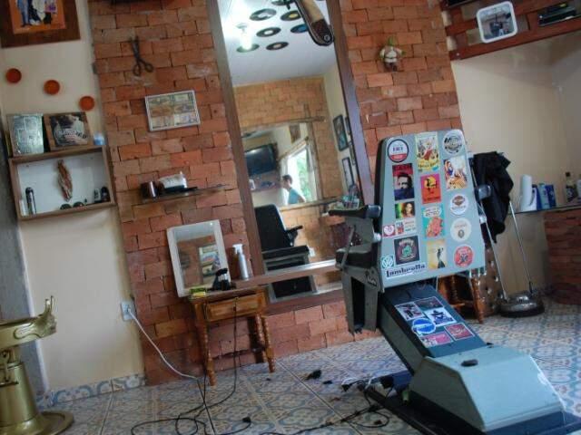 Salão tem decoração retrô. Cadeira é de dentista, mas foi customizada e recebeu adesivos.  (Foto: Pedro Peralta)