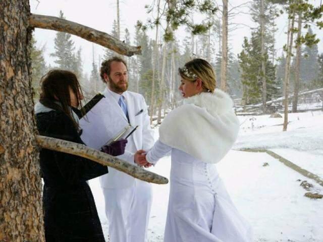 Amor que começou do outro lado do mundo teve a cerimônia de casamento em meio a muita neve.  (Foto:E. Sawyer Photography)