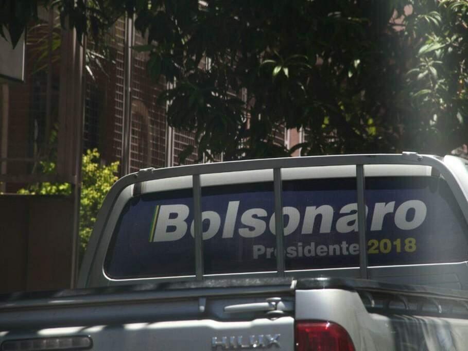Adesivo que faz menção a candidatura de Bolsonaro à presidência (Foto: Marcos Ermínio)