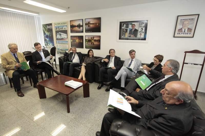 Bancada federal reunida com o governador (o segundo da direita para esquerda) nesta terça, em Brasília (Foto: Luís Carlos Santos Sales)