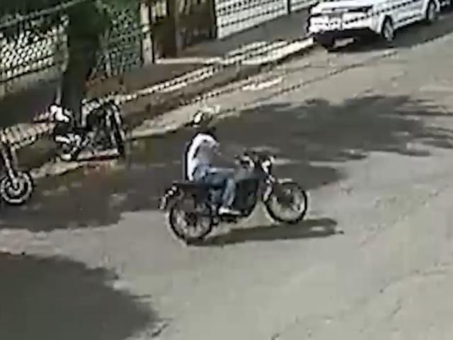 Furto de motocicleta no Centro foi flagrado por câmera de segurança de posto. (Foto: Reprodução)