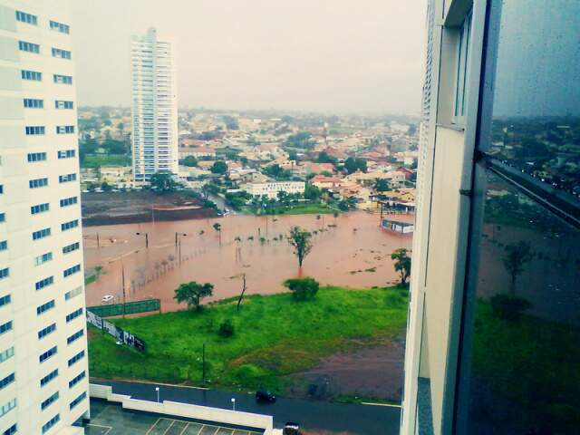 Próximo ao Shopping Campo Grande, ruas ficaram completamente alagadas. (Foto: Renan de Oliveira Teles)