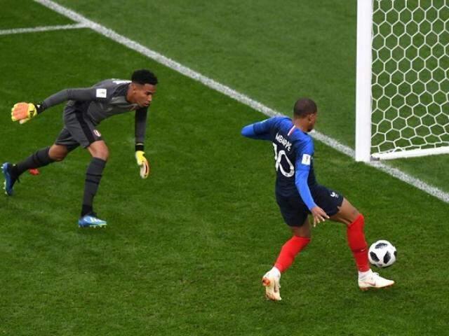 Mbappé prestes a marca o gol que garantiu a vitória e classificação da França (Foto: Fifa)