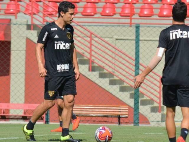Meia Hernanes treina para enfrentar o Santos hoje no Pacaembu (Foto: Rubens Chiri/saopaulofc.net)