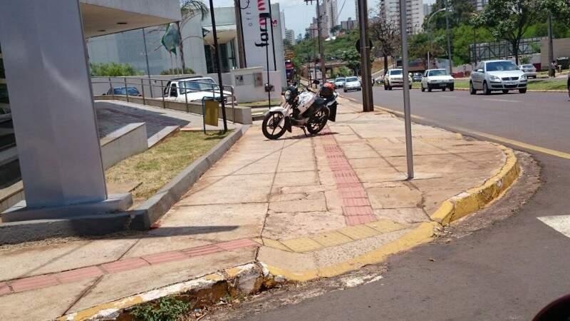 Moto estava estacionada sobre passeio publico e piso tátil, próximo a Câmara Municipal de Campo Grande.(Foto:Direto das Ruas)