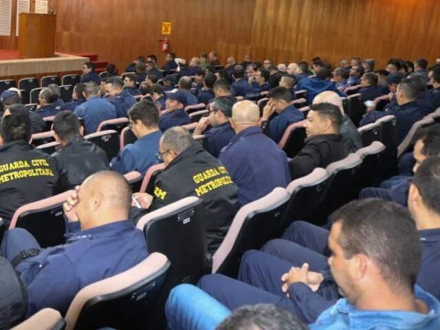 Guardas Municipais lotaram auditório da OAB na manhã desta terça-feira (22) para curso que previne suicídio (Foto: Marcos Maluf)