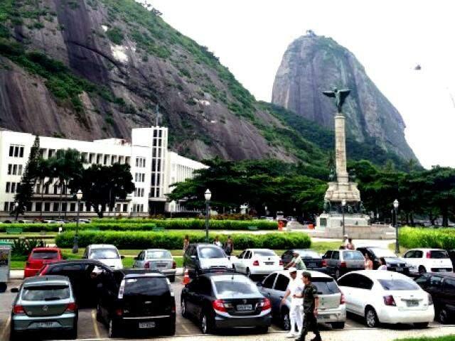 Praça (à esquerda) com homenagens aos militares da Guerra do Paraguai.
