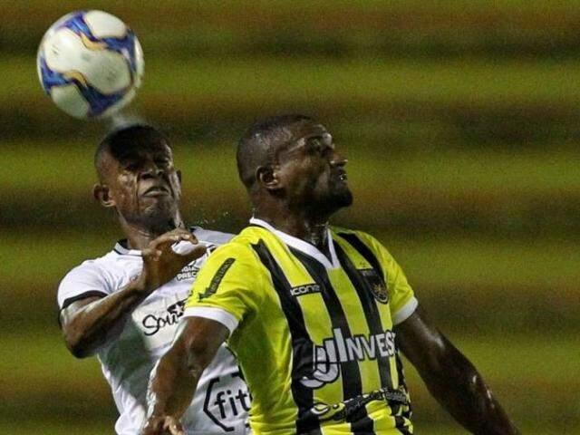 Disputa de bola pelo alto entre Botafogo e Volta Redonda (Foto: Vitor Silva/SSPress/Botafogo)