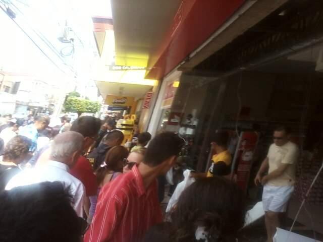 Muitos curiosos se aglomeraram na calçada do comércio que fica na rua Dom Aquino. (Foto: Naelcio Carter Trbianne)