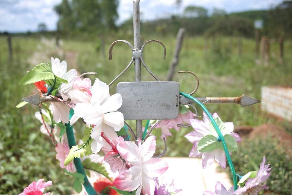 As flores artificias são prova da passagem recente de alguém por ali (Foto: Paulo Francis)