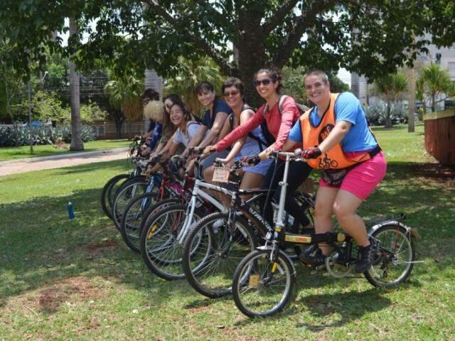 Na bicicleta, as meninas se divertem quando vão pedalar (Foto: Alana Portela)
