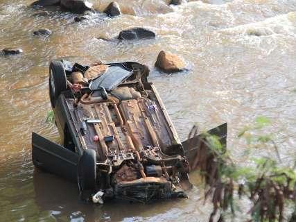 Rodas de carro que caiu em córrego são furtadas após socorro de ferido