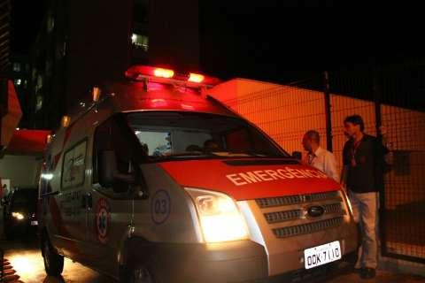 Angélica e Luciano deixam hospital e seguem para aeroporto em ambulância