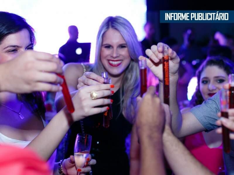 Universitários conhecendo drinks exclusivos da Ticomia Formatura - Foto divulgação