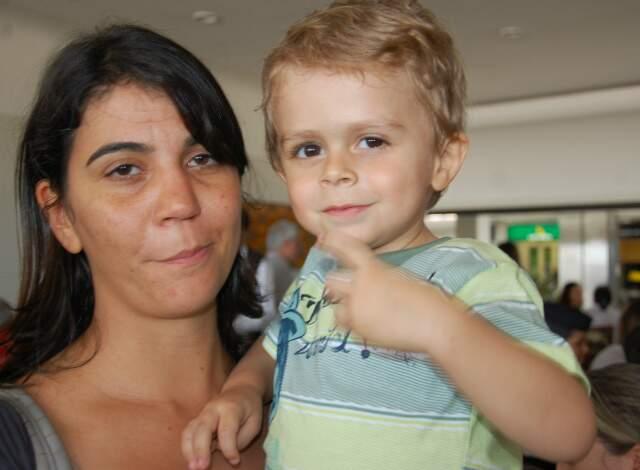 Filipe, com a mãe, no dia da viagem aos Estados Unidos. (Foto: Simão Nogueira)