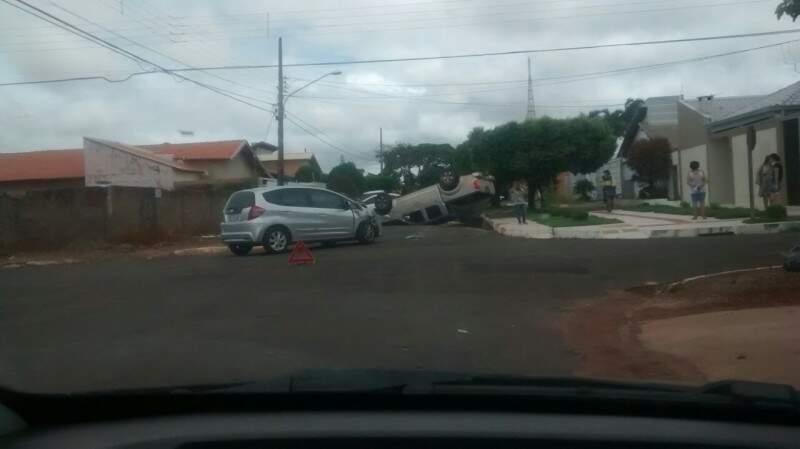 Após veículos colidirem, caminhonete capotou. (Foto: Direto das Ruas)