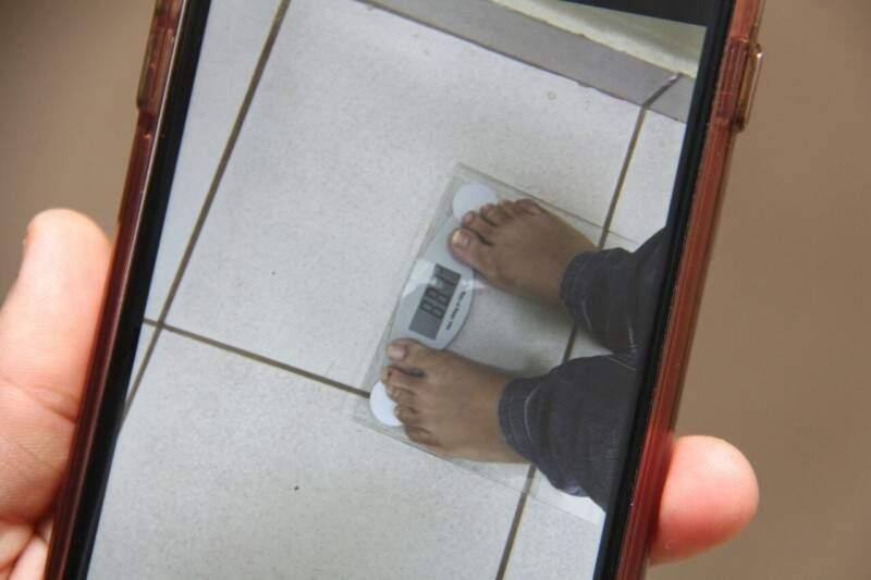 Pelo celular eles compartilham até o peso que estão perdendo durante o processo. (Foto: Alan Nantes)