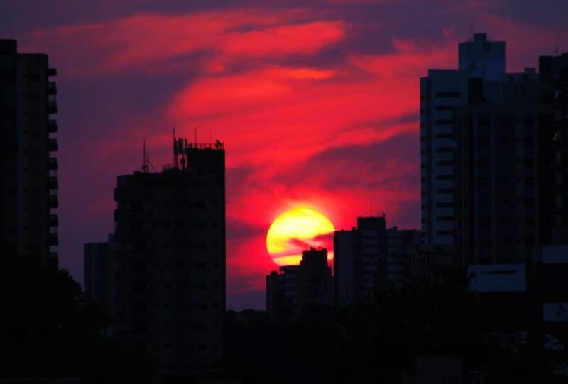 Sol ao amanhecer anuncia dia quente, mas com nuvens. (Foto: Marcos Ermínio)