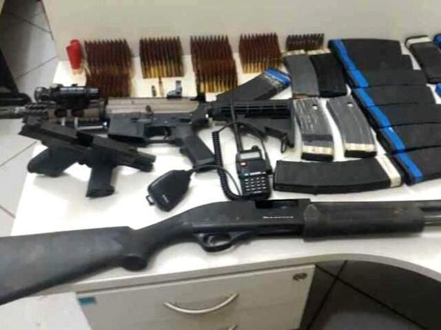 Armas apreendidas pela PM mineira após ataque a banco em Frutal; crime pode ter relação com assaltos a bancos em Chapadão. (Foto: PMMG/Divulgação)