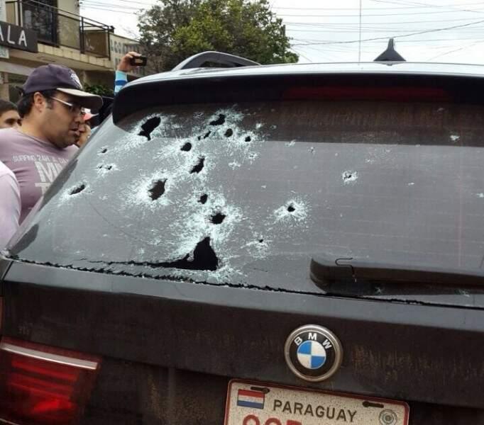 Carro metralhado no centro de Pedro Juan Caballero; submundo do crime em guerra constante (Foto: Arquivo)