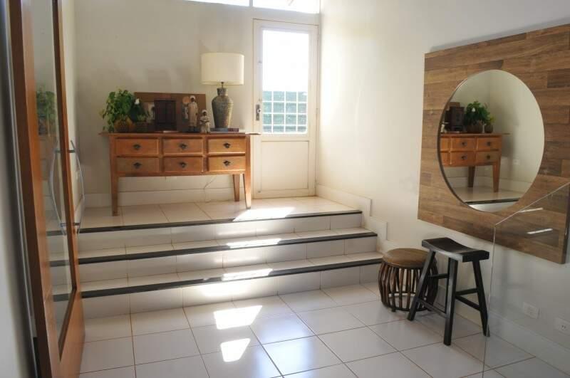 """Degraus fazem a transição do """"hall"""" para o restante do loft. (Foto: Alcides Neto)"""