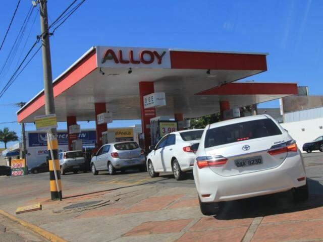 Fila de carros para abastecer em posto na Avenida Fernando Corrêa da Costa (Foto: Marina Pacheco)