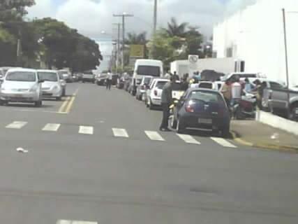 Motoristas estacionam em calçada próximo à Av. Eduardo Elias Zahran