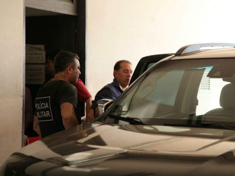 Gerson Claro embarca em viatura do Gaeco para na Depac para ser levado ao Imol e depois ao Presídio de Trânsito (Foto: João Paulo Gonçalves)