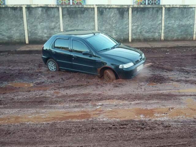 O incidente ocorreu enquanto a proprietária retirava o veículo da garagem da própria residência. (Foto: Direto das Ruas)
