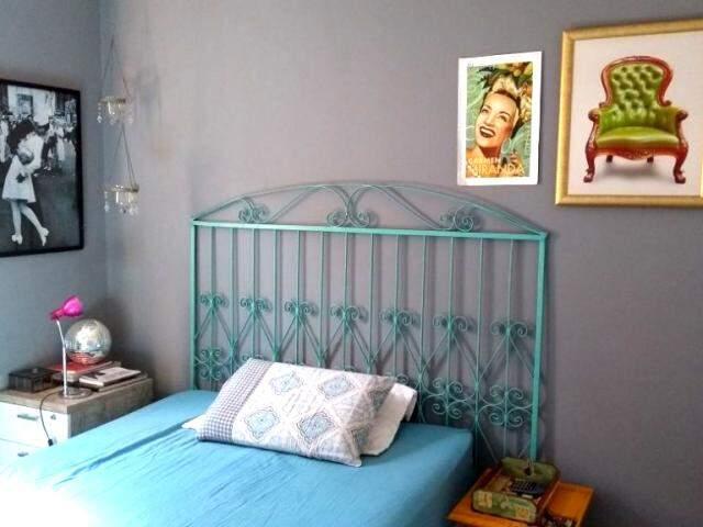 Aqui, a grade virou cabeceira da cama, com estilo e ainda sustentável.