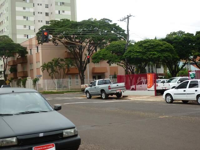 Veículos da garagem particular, que fica na esquina da 25 de Dezembro com a Amazonas, ocupam a via. (Foto: Edilena da Rocha)