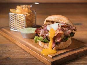 Quem prefere hambúrguer, tem o Vermelho Burger, no Vermelho Grill, por R$ 32,00.
