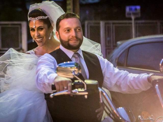 Noiva mostra cumplicidade chegando de moto. (Foto: Nicolas Carrelo)