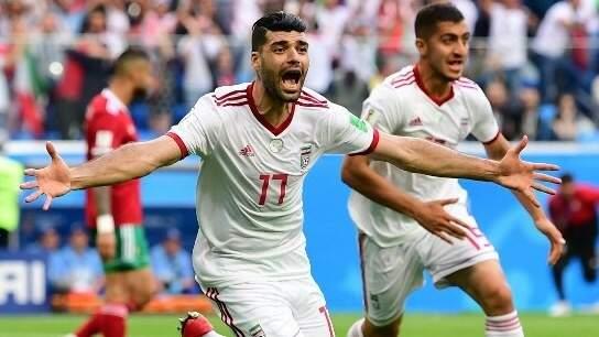 Jogadores do Irã comemoram o gol contra de Aziz Bouhaddouz e a vitória por 1  0 diante do Marrocos (Foto: Divulgação)