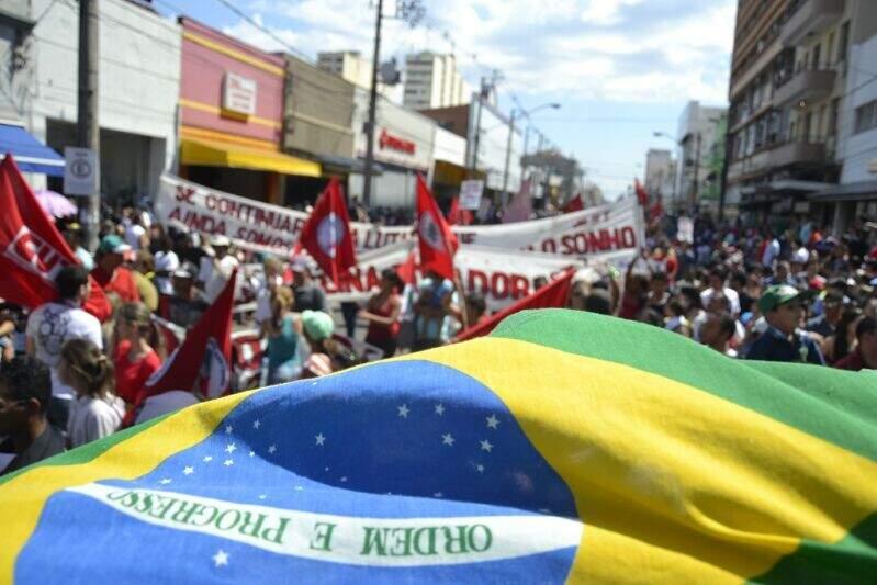 Protesto levou 700 pessoas contra na 14 de Julho neste sábado (Foto: Cleber Gellio)